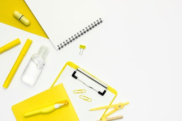 Disposizione piatta con oggetti scolastici
