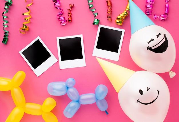 Disposizione piatta con palloncini e coriandoli