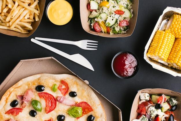 Disposizione piatta con pizza e mais