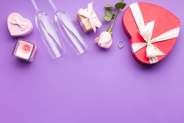 Disposizione piatta con scatola a forma di cuore