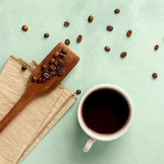 Disposizione piatta con tazza di caffè e fagioli