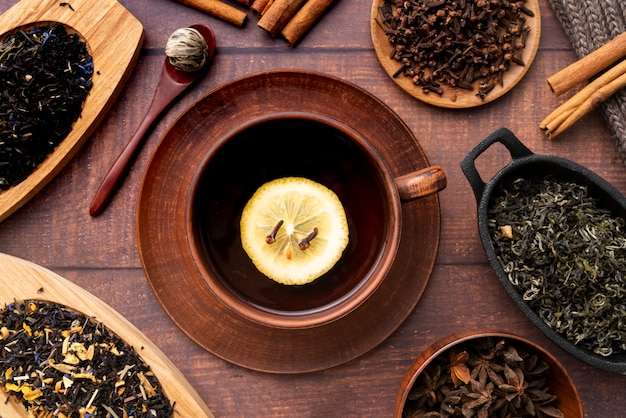 Disposizione piatta con tazza di tè ed erbe