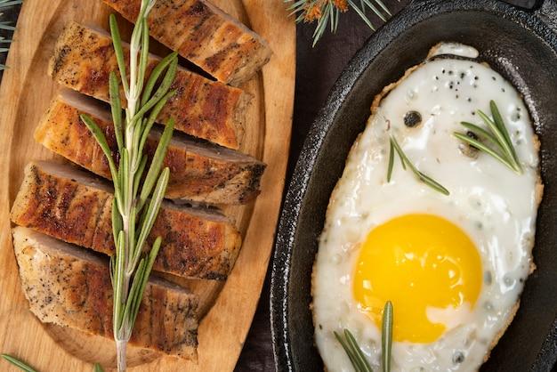 Disposizione piatta con uova e pane