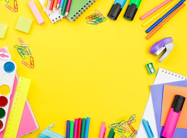 Disposizione piatta degli elementi essenziali della scuola con spazio di copia