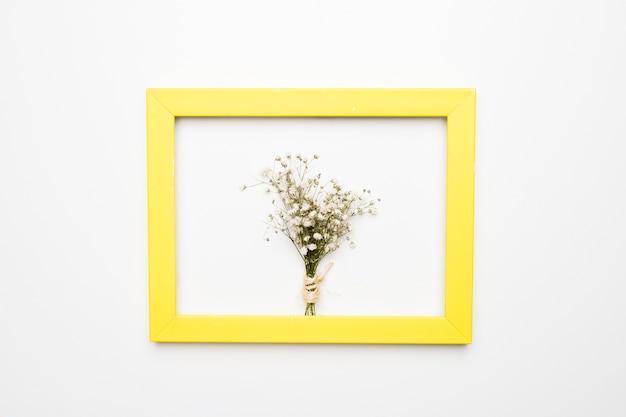 Disposizione piatta del telaio con il concetto floreale