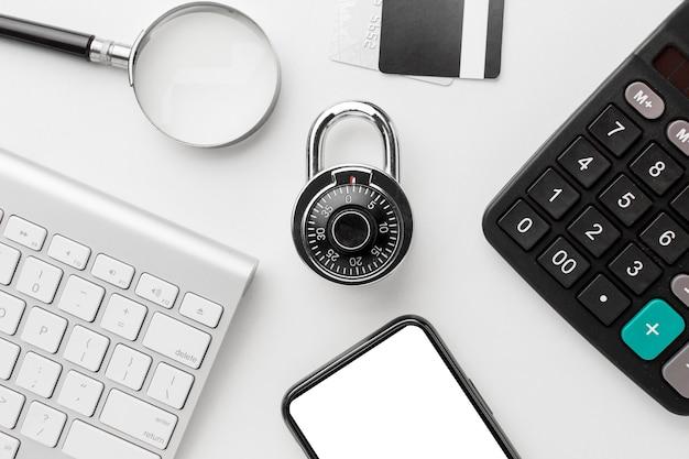 Disposizione piatta della serratura con smartphone e tastiera