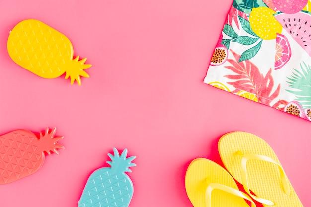 Disposizione piatta di accessori per vacanze mare d'estate