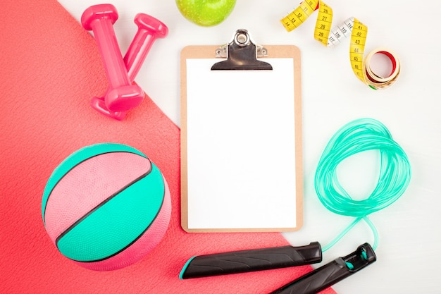 Disposizione piatta di attrezzature per manubri, sport e fitness
