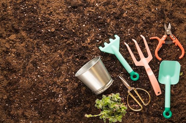 Disposizione piatta di attrezzi da giardino con copyspace