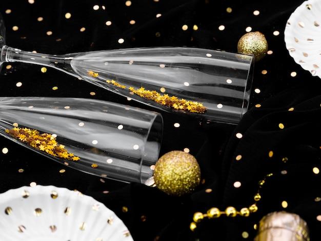 Disposizione piatta di bicchieri pieni di glitter per la festa di capodanno
