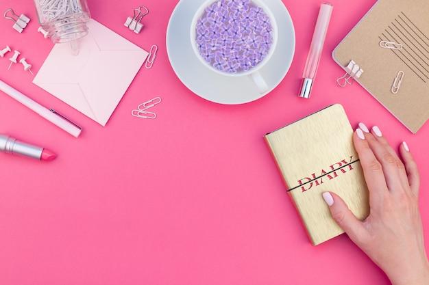 Disposizione piatta di lavoro femminile rosa disegnata in stile