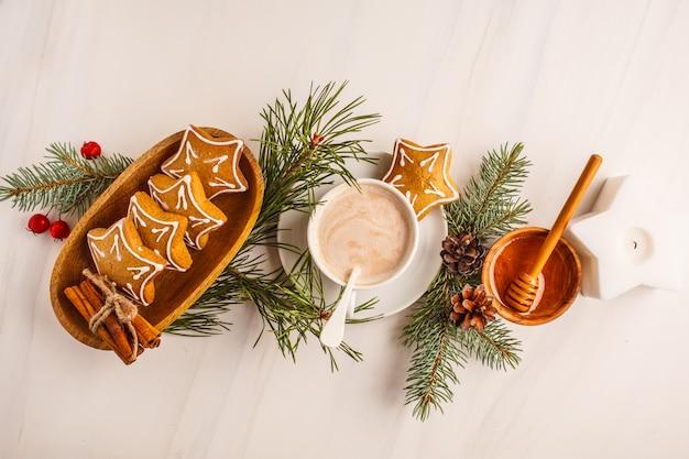 Disposizione piatta di natale. regolazione della tabella di natale con i biscotti e il cacao dello zenzero, vista superiore. concetto di sfondo di natale.