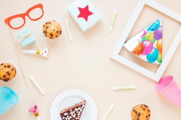 Disposizione piatta di oggetti colorati per il compleanno