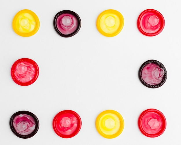 Disposizione piatta di preservativi colorati con spazio di copia