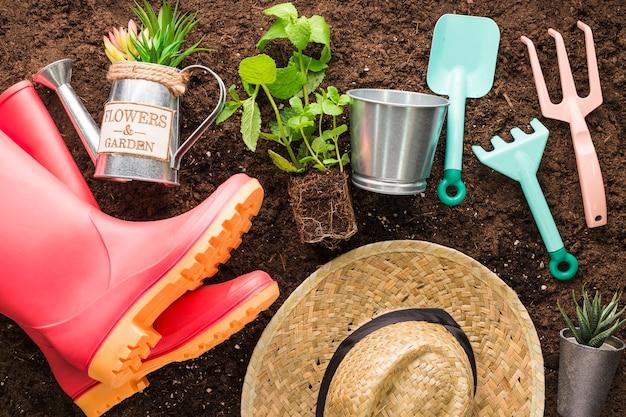 Disposizione piatta di vari oggetti da giardino