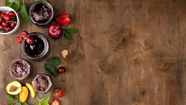 Disposizione piatta di vasetti di frutta in umido