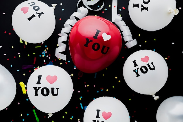 Disposizione piatta palloncini bianchi e rossi