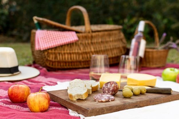 Disposizione picnic vista frontale per buongustai