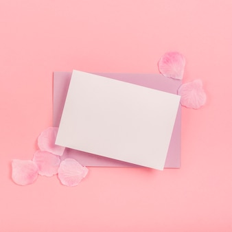 Disposizione quinceañera piatta con carte vuote e busta