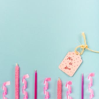 Disposizione quinceañera piatta con tag compleanno