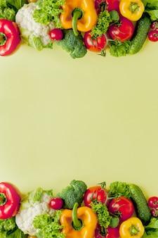 Disposizione sana e sana di cibo, alimento vegetariano e concetto di nutrizione di dieta. vari ingredienti degli ortaggi freschi per insalata sul fondo giallo della tavola, vista superiore, struttura, insegna.