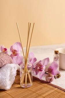 Disposizione spa con bastoncini e fiori profumati