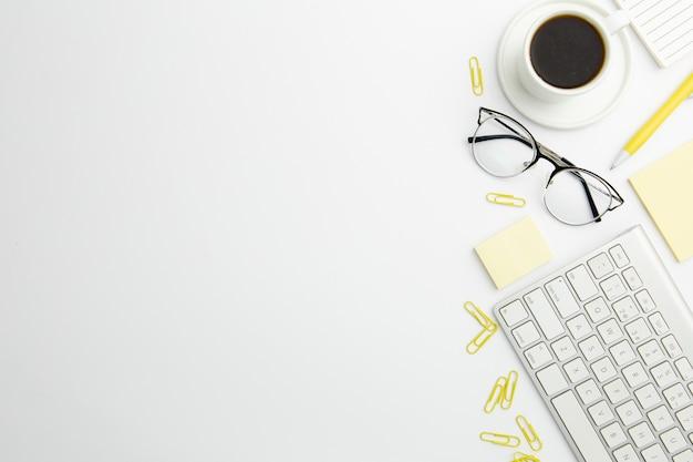 Disposizione stazionaria piatta sulla scrivania con copia spazio e caffè