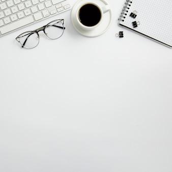 Disposizione stazionaria piatta sulla scrivania con spazio di copia