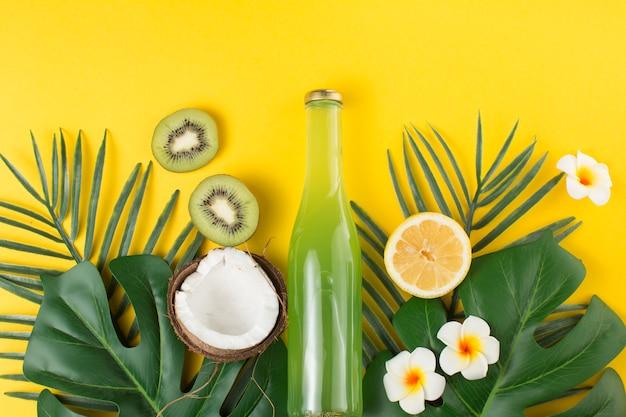 Disposizione tropicale di frutta e bevande