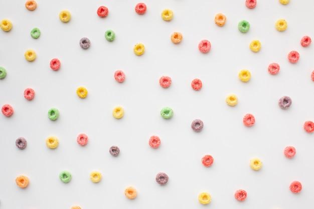 Disposizione variopinta di cereale su una tabella