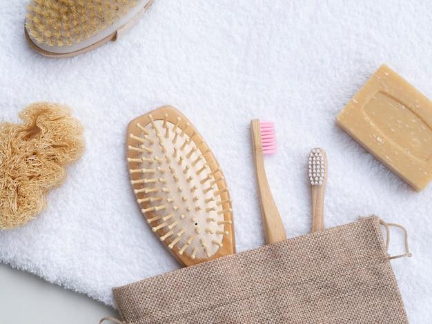 Disposizione vista dall'alto con asciugamano e spazzole