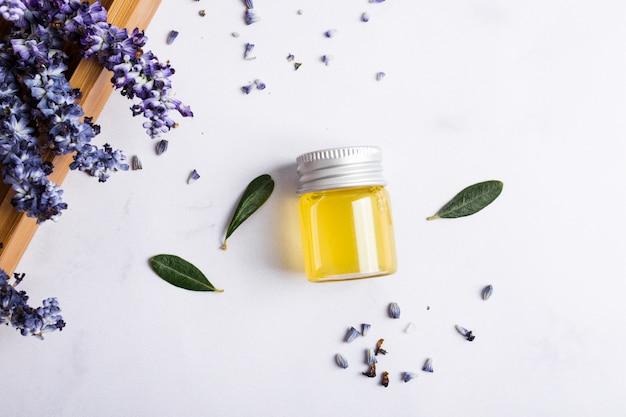 Disposizione vista dall'alto con bottiglia di miele e fiori