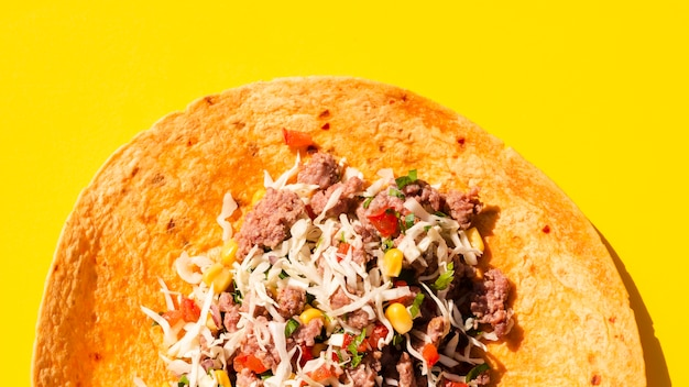 Disposizione vista dall'alto con burrito aperto e sfondo giallo
