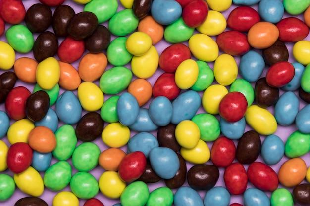 Disposizione vista dall'alto con caramelle colorate