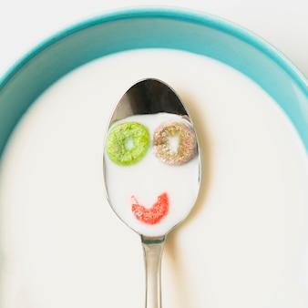 Disposizione vista dall'alto con cereali e latte in un cucchiaio