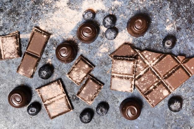 Disposizione vista dall'alto con dolci al cioccolato e mirtilli