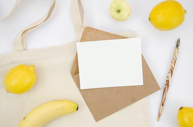 Disposizione vista dall'alto con frutta e oggetto per scrivere
