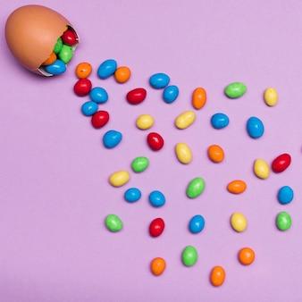Disposizione vista dall'alto con guscio d'uovo e caramelle
