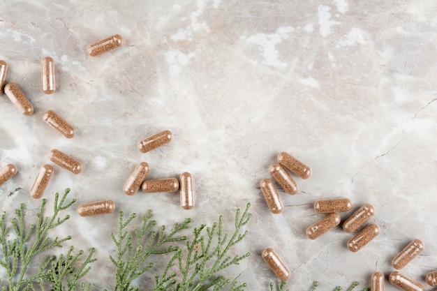Disposizione vista dall'alto con le pillole sul tavolo di marmo
