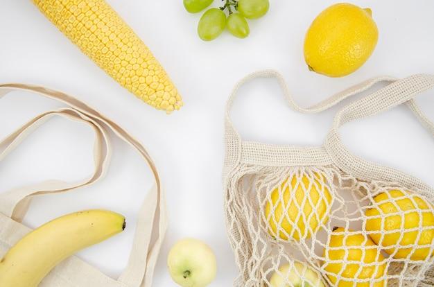 Disposizione vista dall'alto con limoni e mais