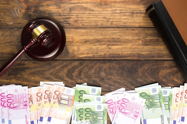 Disposizione vista dall'alto con martelletto del giudice, libro e denaro