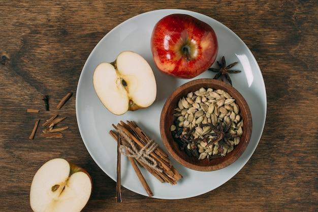 Disposizione vista dall'alto con mele sul piatto