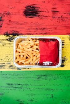 Disposizione vista dall'alto con patatine fritte sul tavolo di legno