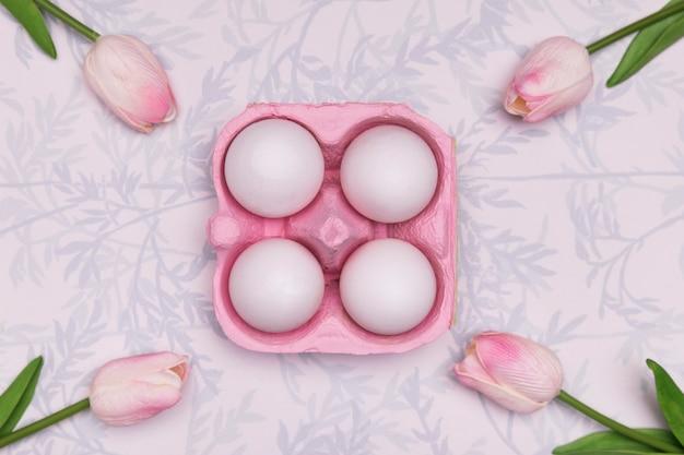 Disposizione vista dall'alto con uova e tulipani