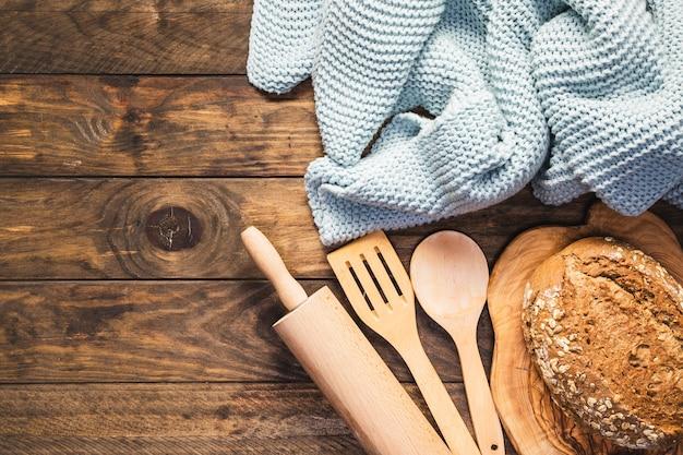 Disposizione vista dall'alto con utensili da cucina e coperta