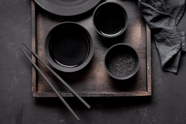 Disposizione vista dall'alto di salsa di soia e bacchette