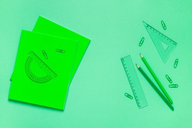 Distesa piatta di materiale scolastico