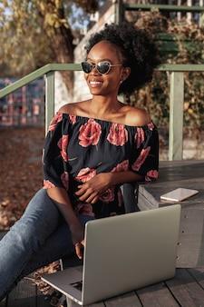 Distogliere lo sguardo africano casuale della donna