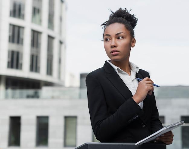Distogliere lo sguardo della donna d'affari