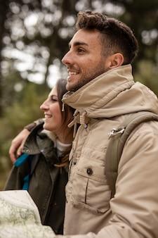 Distogliere lo sguardo felice delle coppie del colpo medio